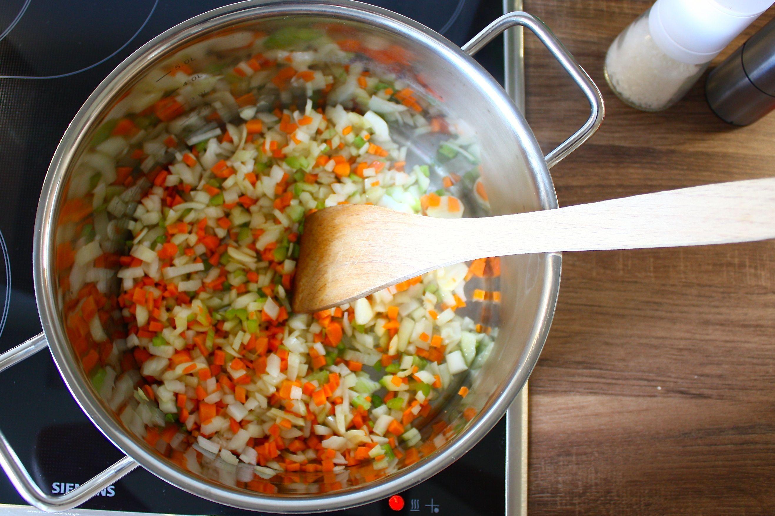 Gemüse im Topf für Spaghetti Bolognese
