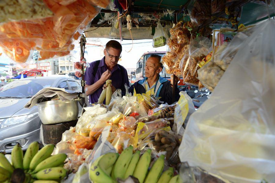 Prof. Dr. Marin Trenk auf dem Markt in Thailand